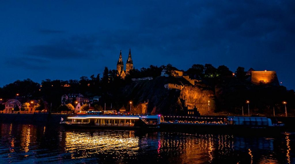 entertainment prague boat cruise with dinner and music 6